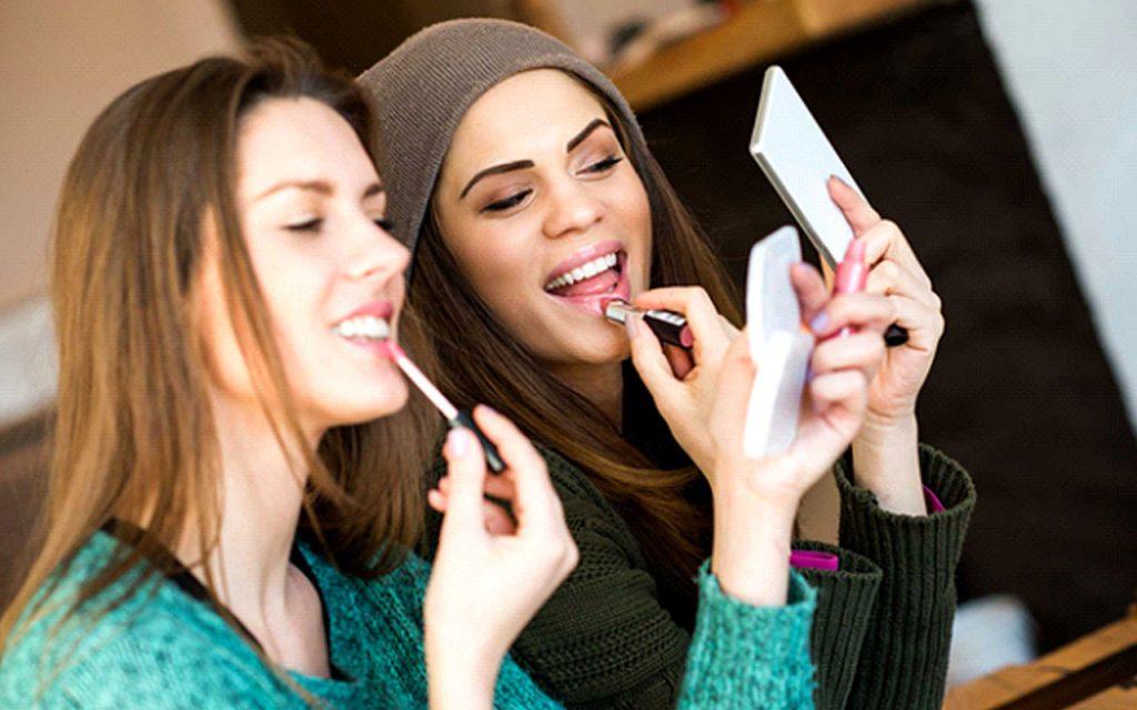 گذاری لوازم آرایش با دوستان اشتراک گذاری عفونت و باکتری 1 1024x640 - عادت های آرایشی رایج که ما را بیمار می کند!