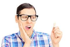 ssiimm hombre joven con el dolor del dolor de muelas que se sostiene los dientes 36021636 - روشهای خانگی درمان دندان درد!